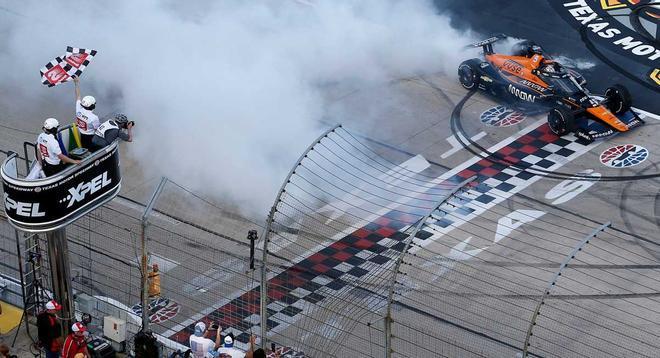OWard derrapa con su Chevrolet tras ganar la carrera.