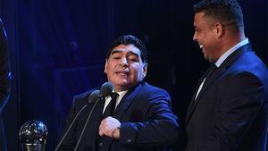 Ronaldo y Maradona protagonizaron un show cómico sobre el escenario