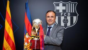 Aureli Mas, con el título de liga