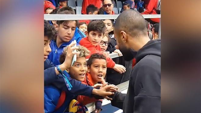 Rafinha firma autógrafos en la Academia del Barça... ¡y le da su camiseta al hijo de Robinho!