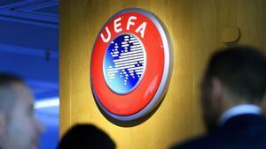 Logo de la UEFA en la pared de su sede en Nyon
