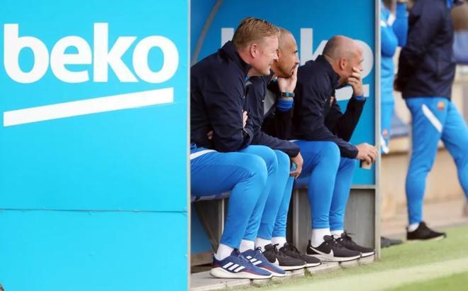 El staff técnico del Barça sigue con atención el partido