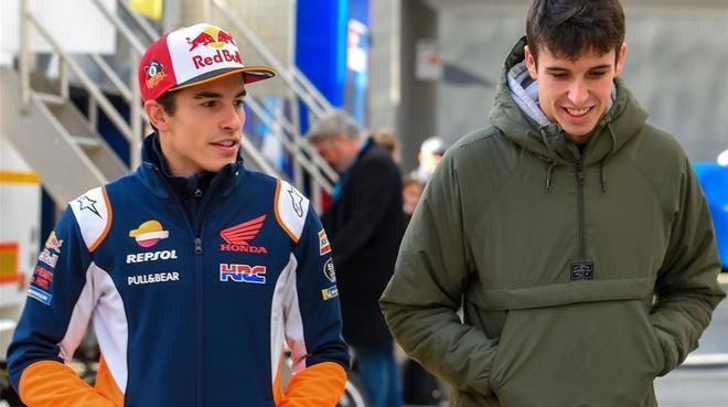 Marc y Àlex Márquez, nuevo equipo Repsol Honda, paseando por el paddock de Cheste (Valencia).