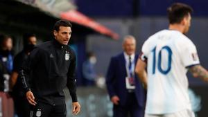 Lionel Scaloni (izquierda) da instrucciones ante Leo Messi durante el Argentina-México de las Eliminatorias de Catar 2022