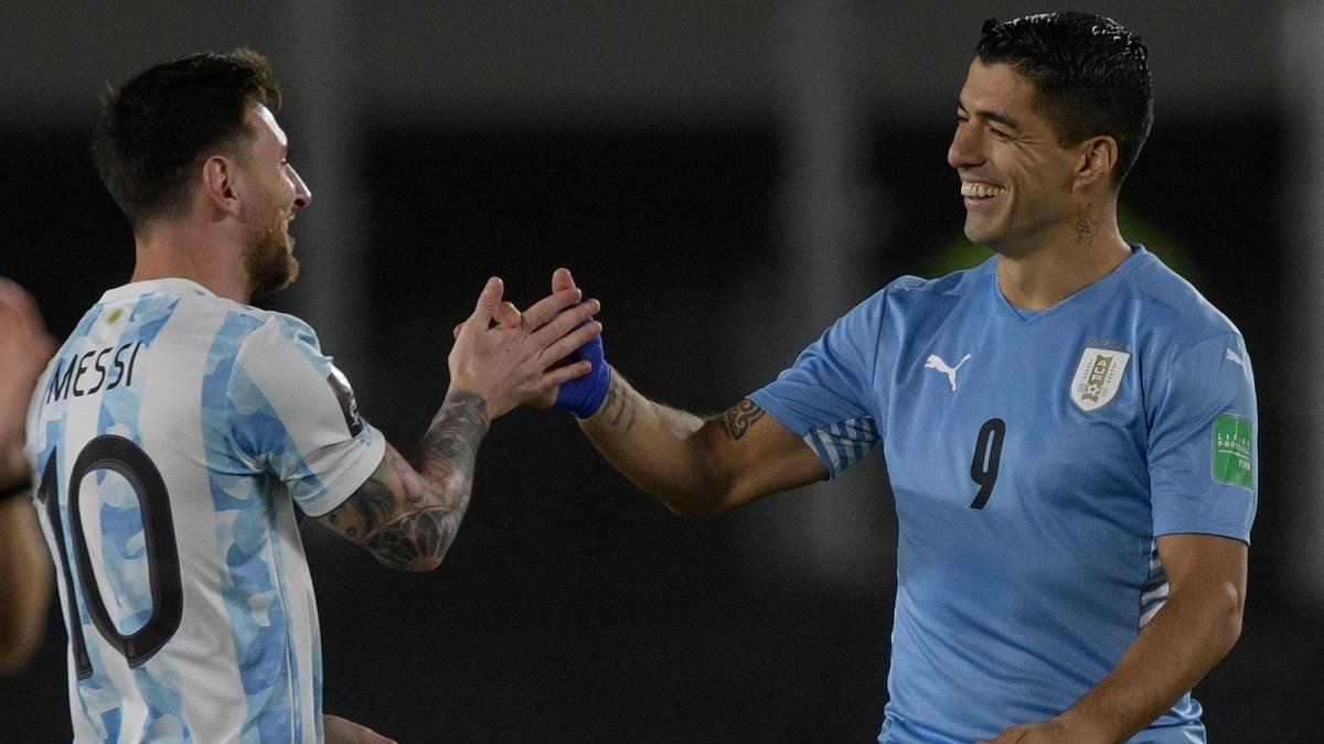 Luis Suárez saluda a Messi en la derrota ante Argentina por 3 a 0