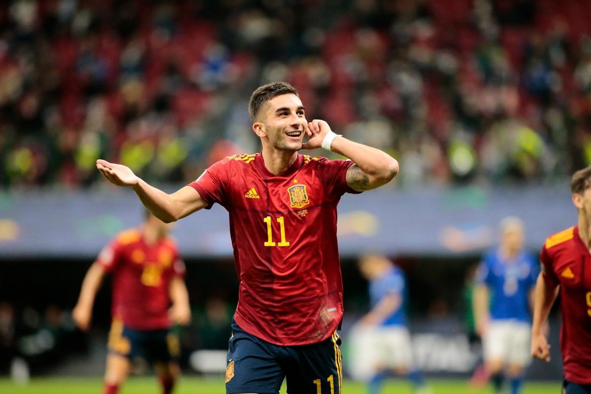 Ferran Torres celebra uno de sus goles ante Italia