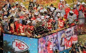 Los Kansas City Chiefs celebran en el podio después de ganar el Super Bowl LIV entre los Kansas City Chiefs y los San Francisco 49ers en el Hard Rock Stadium de Miami Gardens.