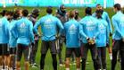 Zidane rodeado de sus jugadores