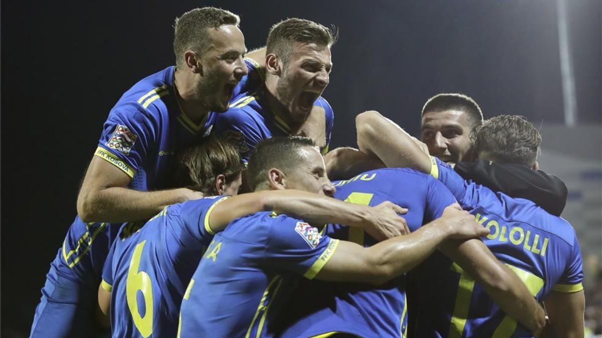 Los jugadores kosovares celebran un gol en la UEFA Nations League.