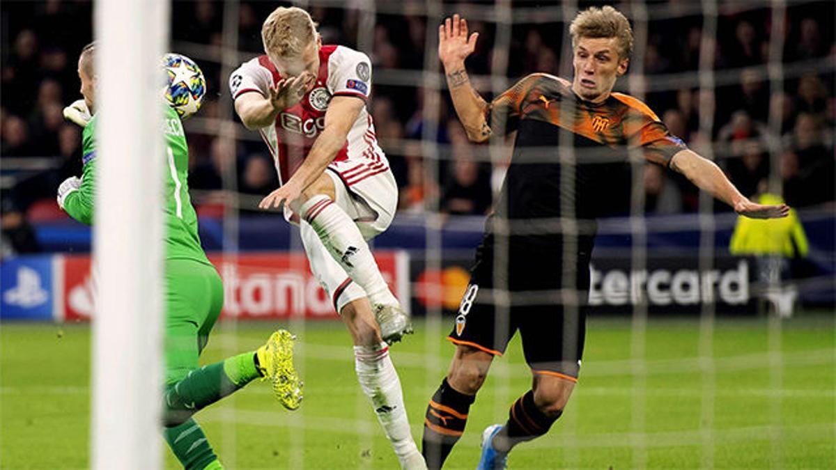 Gayà salvó sobre la línea el gol de Van de Beek