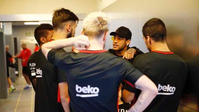 Messi visitó a sus compañeros en el Barça