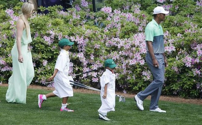 Les petits Sam et Charlie ont joué les caddies pour leur papa. Woods