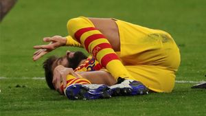 Gerard Piqué se lamenta tras caer lesionado en el Atlético-Barça