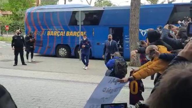 ¡Leo Messi desata la locura de los aficionados a su llegada al hotel de concentración!