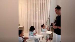 Cristiano enseña a sus hijos a usar el gel antibacterail