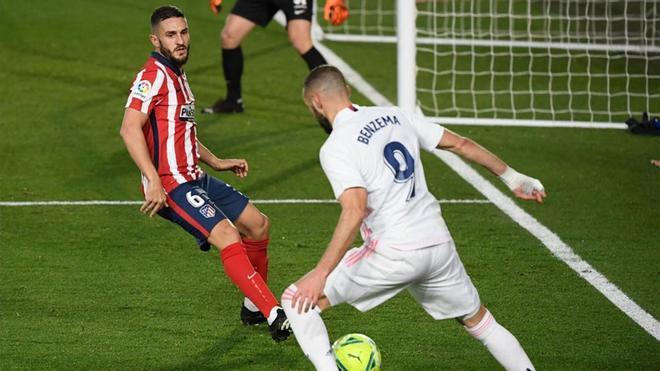 Koke defendiendo a Benzema en una acción ante el Real Madrid