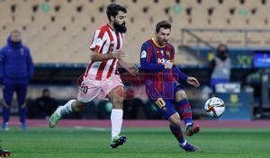 Leo Messi en acción durante la final de la Supercopa de España disputada entre FC Barcelona y Athletic de Bilbao en el estadio de la Cartuja de Sevilla.