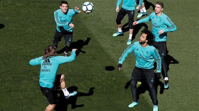 Zidane vigila de cerca el entrenamiento del Madrid