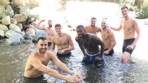 Los jugadores se relajan después de la primera sesión de trabajo en Andorra