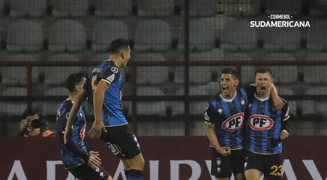 Los jugadores de Huachipato celebran un gol.