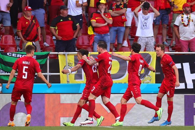 Dinamarca celebrando el gol