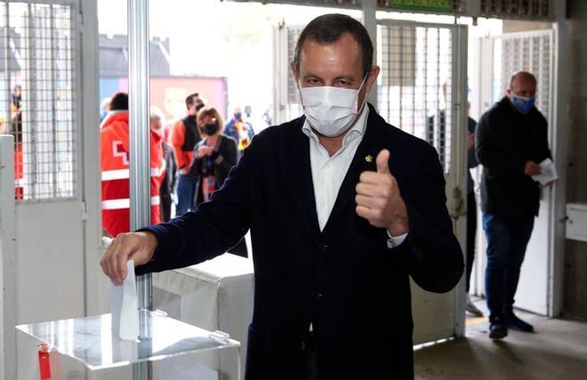 El expresidente Sandro Rosell votando en el Camp Nou