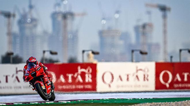 Bagnaia, en acción en el circuito de Losail, donde arranca el Mundial de MotoGP 2021
