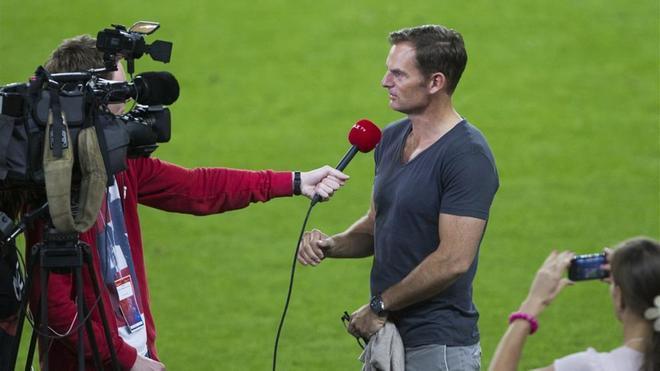 Ronald de Boer respondiendo a preguntas en un entreno del Ajax
