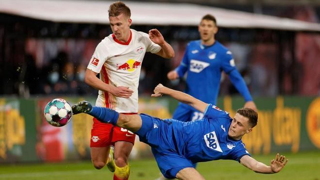 Dani Olmo pugna por el balón con Baumgartner, jugador del Hoffenheim