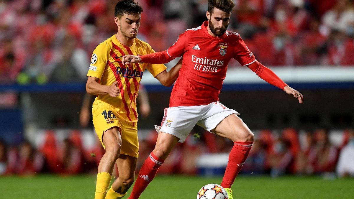 Pedri, en una acción contra el Benfica