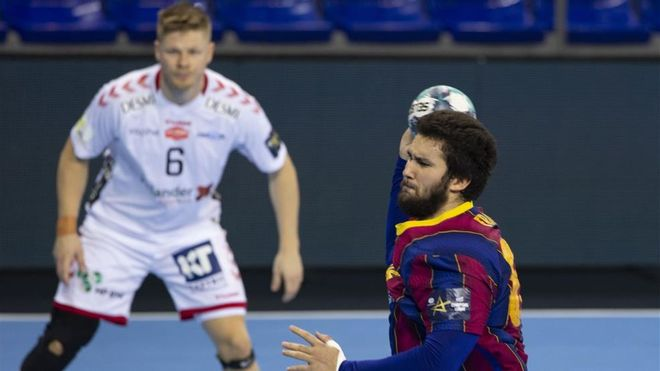Luís Frade se dispone a marcar frente al Aalborg