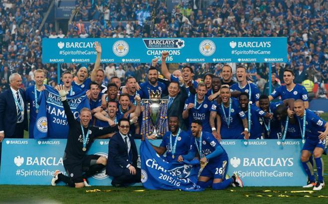 Jugadores, técnicos, directivos y el propietario del Leicester, celebrando el título en el terreno de juego