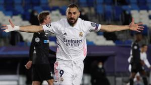 Karim Benzema celebrando un gol ante el Gladbach