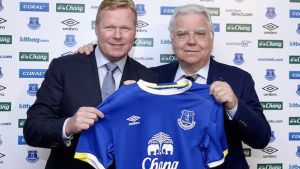 Ronald Koeman, junto al presidente del Everton, Bill Kenwright