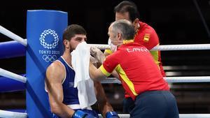 El español Gazi Jalidov recibe asistencia médica durante su combate ante el ruso Khataev