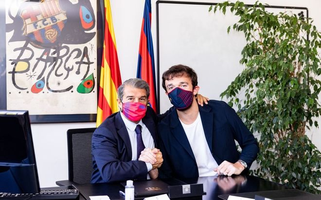 Laporta dio una cálida bienvenida a Sertac Sanli en la firma del contrato