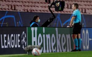 El arbitro aleman Tobias Stieler consulta el VAR durante el partido entre el Barcelona y el Juventus