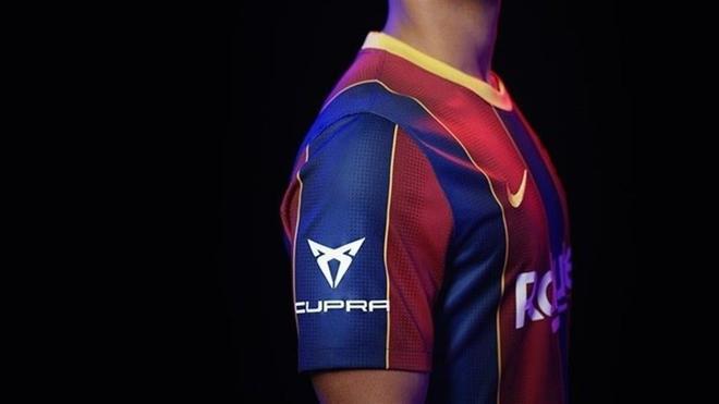 La camiseta del FC Barcelona con el nombre de Cupra en una manga