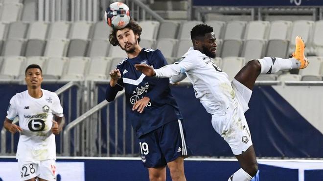 Adli Yacine Yacine pelea un balón aéreo con Jonathan Bamba durante el Girondins - Lille