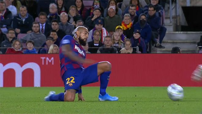 Soluciones Arturo Vidal: Si no llegas con el pie, pasa el balón con la cabeza