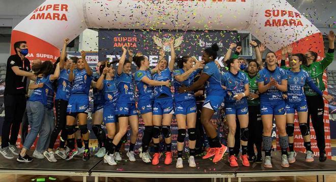 Las jugadoras del Bera Bera celebran su título de campeonas.