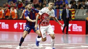 Felipe Valerio conduce la pelota ante la presión de Rubi Lemos
