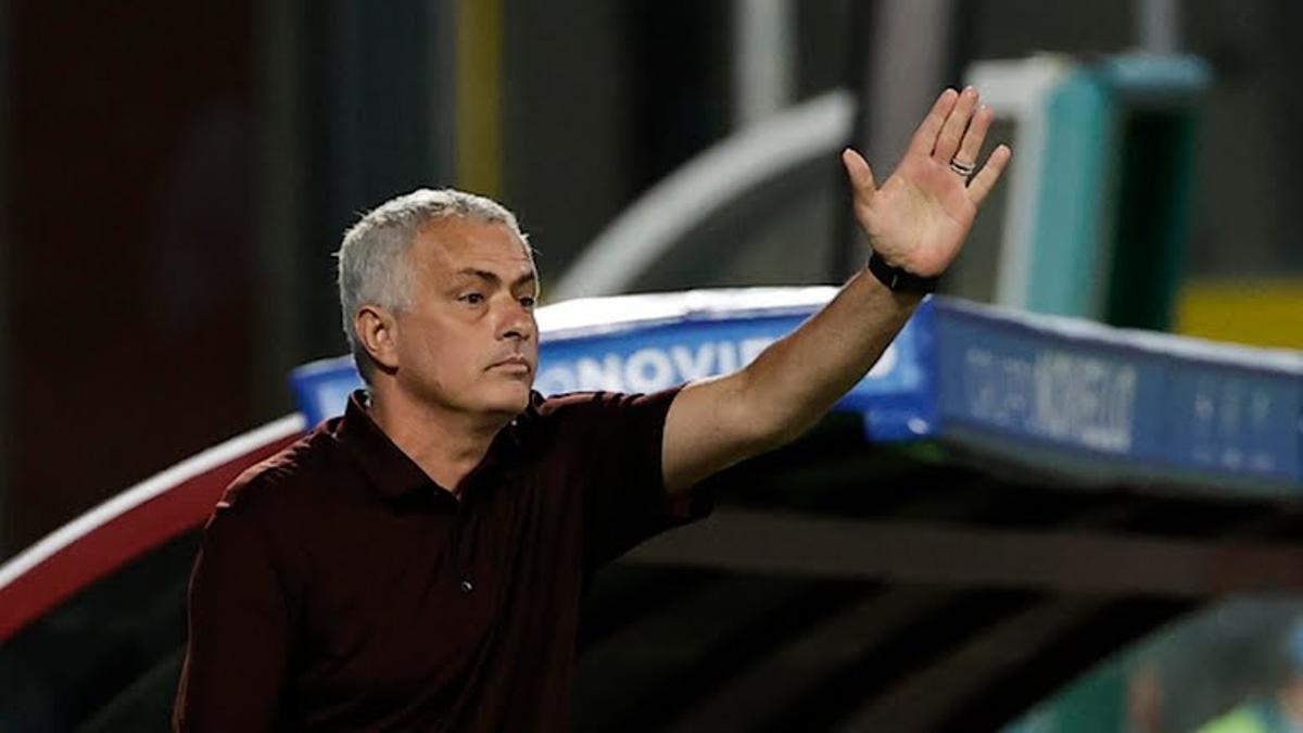 Mourinho, dando instrucciones a sus jugadores en el Stadio Arechi