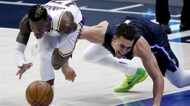 Dennis Schroder lucha un balón para los Lakers