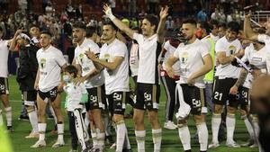 Los futbolistas del Burgos celebran el ascenso con su afición en Almendralejo.