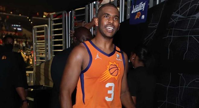 Chris Paul se retira sonriente después del triunfo de los Suns.