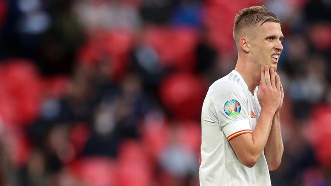 Dani Olmo se lamenta durante el partido entre España e Italia
