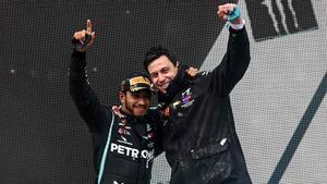 Wolff y Hamilton tras conquistar el mundial en 2020