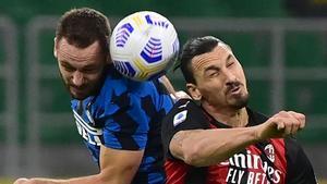 De Vrij e Ibrahimovic pugnan por el balón.