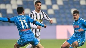 Ronaldo encara a Lozano y Di Lorenzo